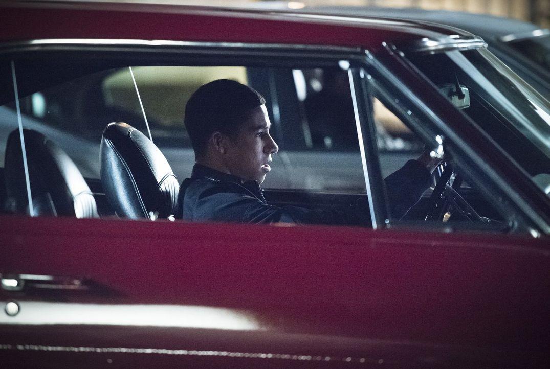 Um zu verstehen, warum Wally (Keiynan Lonsdale) nicht die Finger vom Autorennen lassen kann, wagt Iris kurzerhand den Schritt  in die Szene ... - Bildquelle: 2015 Warner Brothers.