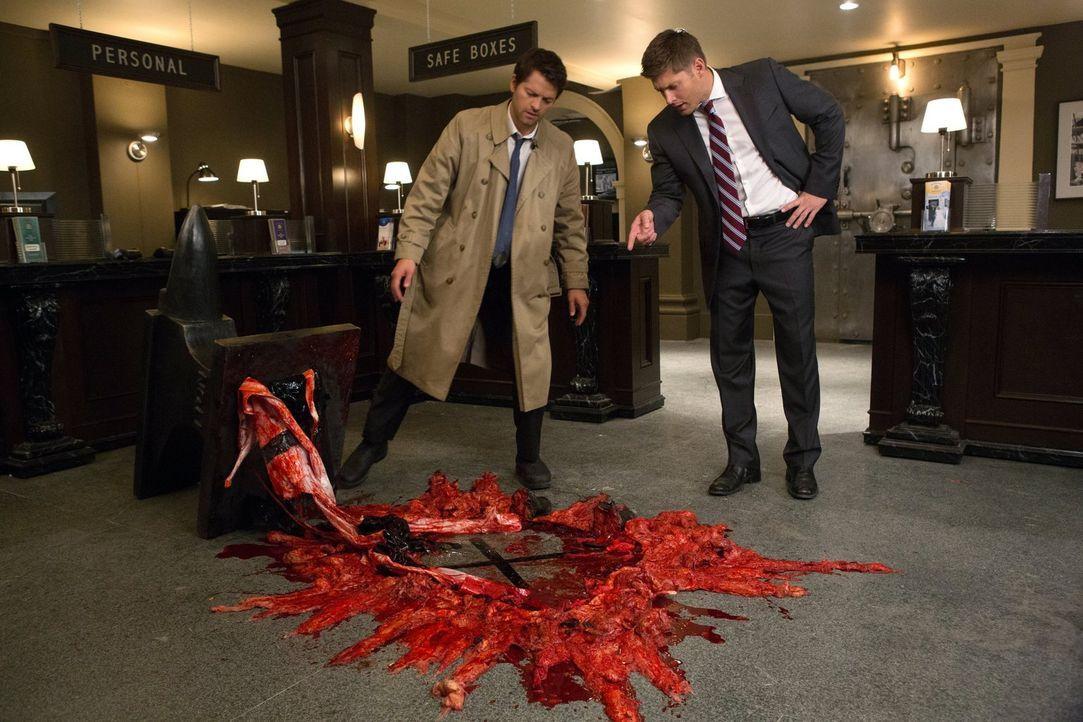 Als Cas (Misha Collins, l.) sich überlegt, Jäger zu werden, muss Dean (Jensen Ackles, r.) mit seinen Erklärungen wirklich ganz am Anfang beginnen ..... - Bildquelle: Warner Bros. Television