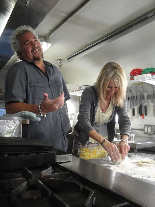 Guy Fieri (l.) - Bildquelle: 2013, Television Food Network, G.P. All Rights Reserved.