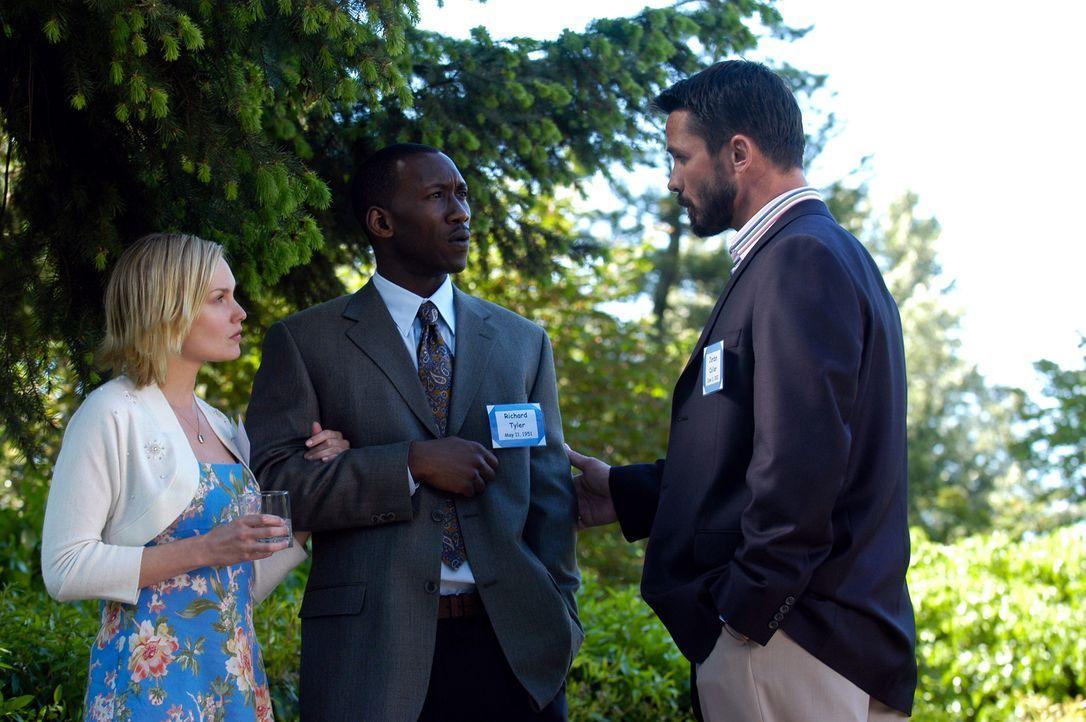 Richard (Mahershalalhashbaz Ali, M.) und Lily (Laura Allen, l.) lassen sich auf ihren neuen charismatischen Anführer sich Jordan Collier (Bill Campb... - Bildquelle: Viacom Productions Inc.
