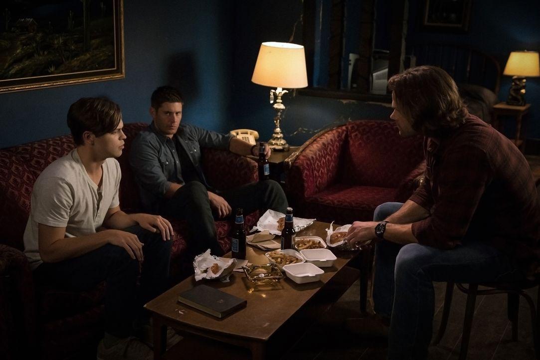 (v.l.n.r.) Jack (Alexander Calvert); Dean Winchester (Jensen Ackles); Sam Winchester (Jared Padalecki) - Bildquelle: Jack Rowand 2017 The CW Network, LLC. All Rights Reserved / Jack Rowand