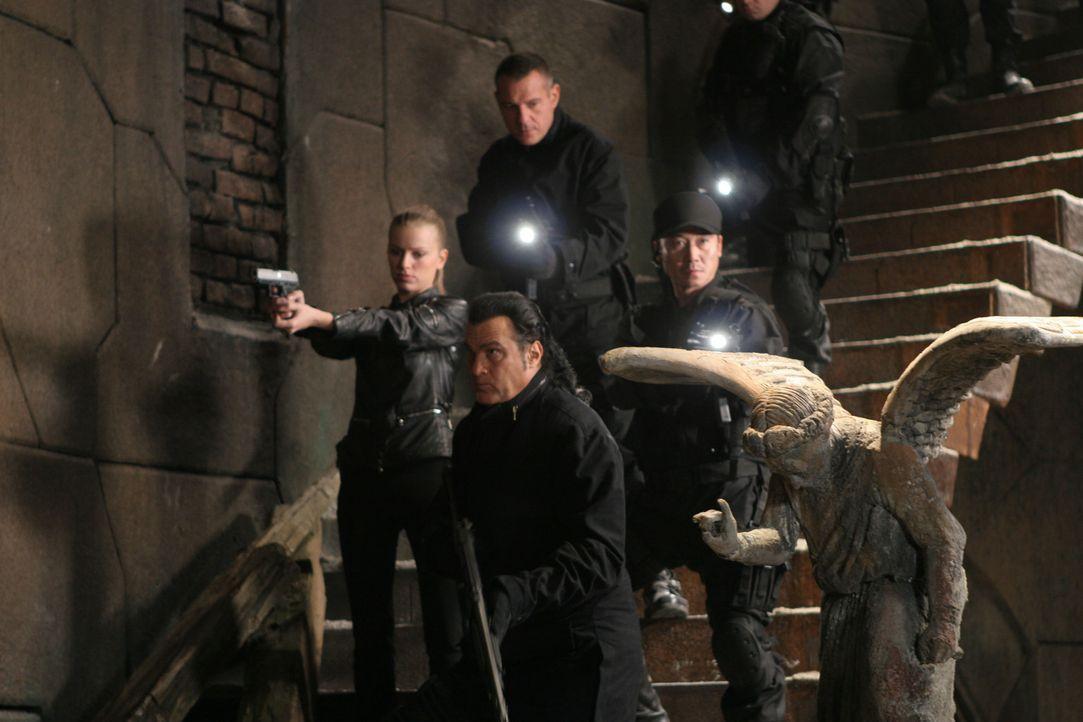 Als drei seiner Männer ermordet werden, macht sich Elite-Kommandant Lawson (Steven Seagal, vorne r.) gemeinsam mit einer neuen Truppe (Lisa Lovbrand... - Bildquelle: Sony Pictures Home Entertainment