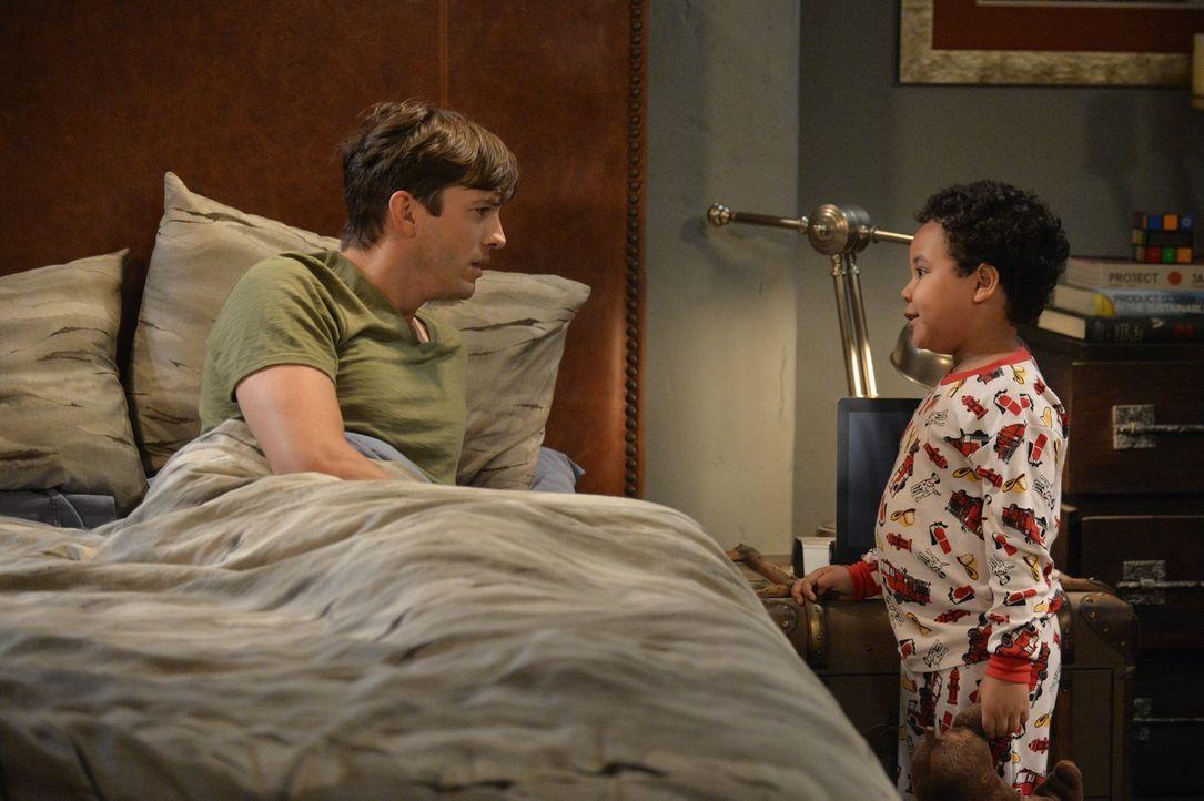 Walden (Ashton Kutcher, r.) und Alan bekommen vorerst übers Wochenende ein Pflegekind. Louis (Edan Alexander, r.) raubt den beiden erstmal die Nacht... - Bildquelle: Warner Brothers Entertainment Inc.