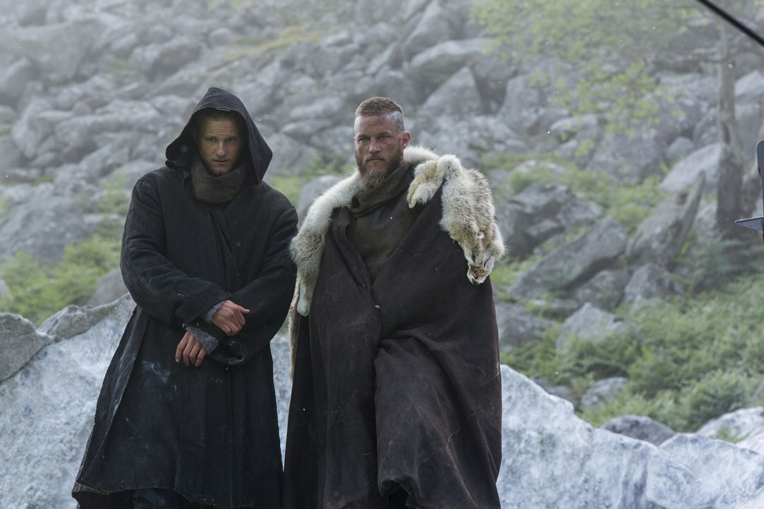 Bekommen ein verlockendes Angebot von König Ecbert: Bjorn (Alexander Ludwig, l.) und Ragnar (Travis Fimmel, r.) ... - Bildquelle: 2015 TM PRODUCTIONS LIMITED / T5 VIKINGS III PRODUCTIONS INC. ALL RIGHTS RESERVED.