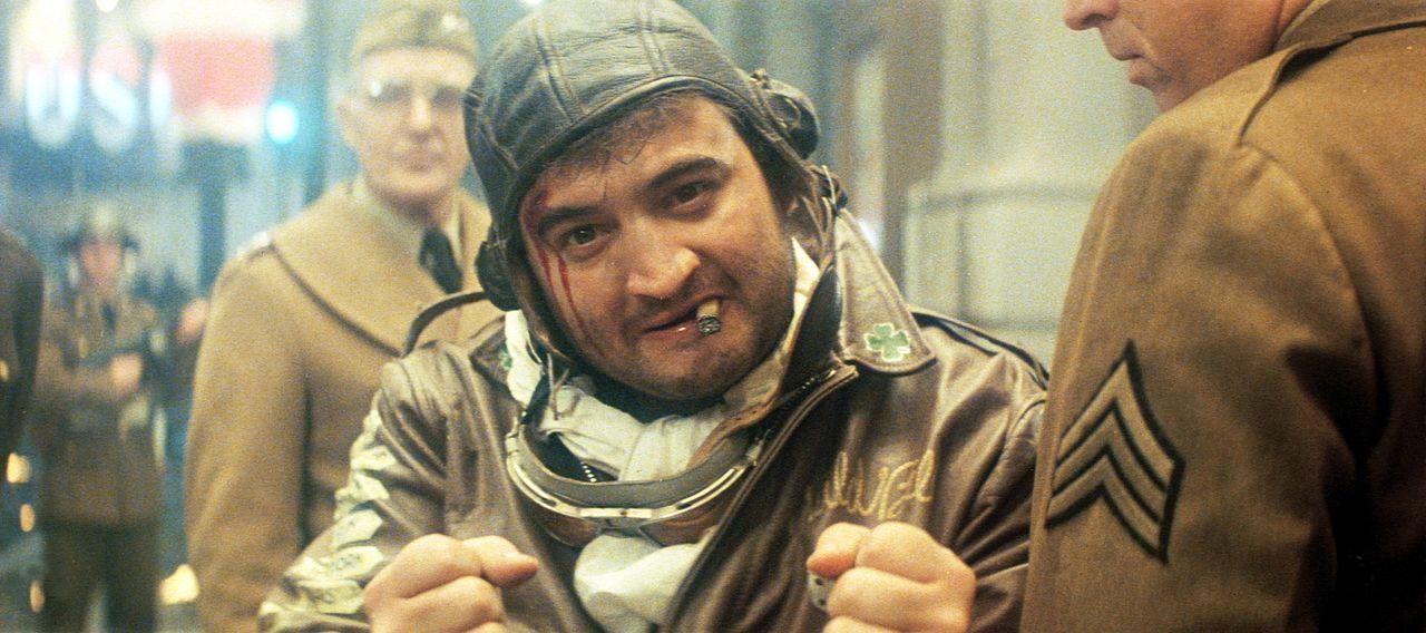 Der Bruchpilot Wild Bill Kelso (John Belushi, M.) schwört, alles zu geben und Hollywood vor den Japanern zu schützen ... - Bildquelle: Universal Pictures
