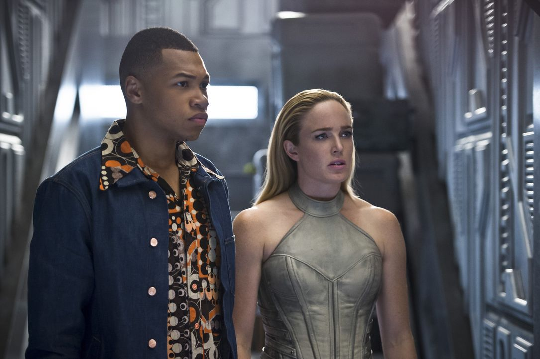 Nachdem ihr eigenständiger Versuch, Savage zu bekämpfen, gescheitert ist, müssen Jax alias Firestorm (Franz Drameh, l.), Sara alias White Canary (Ca... - Bildquelle: 2015 Warner Bros.