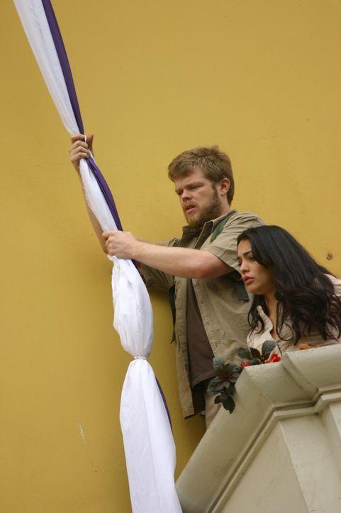 Maria (Natalie Martinez, r.) und Gordon (Elden Henson, l.) bleibt keine andere Wahl: Sie müssen den Sprung in die Tiefe wagen ...