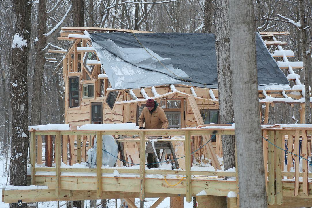 """Der Schnee erschwert die Arbeiten, aber die Treehouse Guys geben alles, um das Baumhaus für Kinder von """"Sunshine Campus"""" rechtzeitig fertigzustellen... - Bildquelle: 2015, DIY Network/Scripps Networks, LLC. All Rights Reserved."""