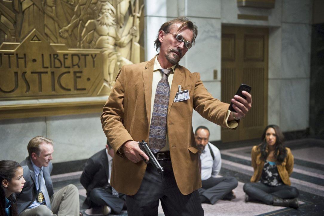 Tockman alias The Clock King (Robert Knepper, vorne) gelingt ein Coup innerhalb des Polizeireviers von Central City. Er nimmt mehrere Leute als Geis... - Bildquelle: Warner Brothers.