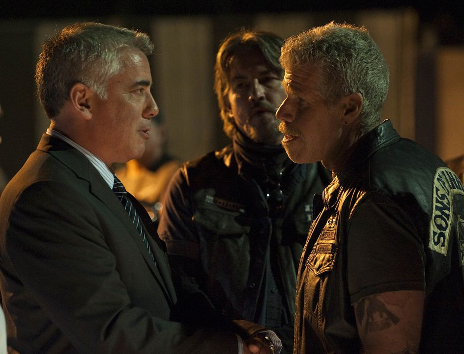 Ethan Zobelle (Adam Arkin, l.) legt Clay (Ron Perlman, r.) nahe, den Waffenhandel einzustellen ... - Bildquelle: 2009 Twentieth Century Fox Film Corporation and Bluebush Productions, LLC. All rights reserved.