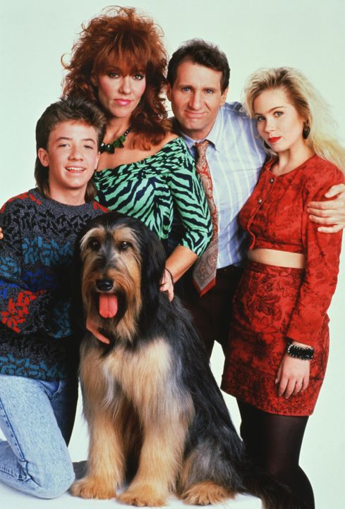(4. Staffel) - Eine schrecklich nette Familie (v.l.n.r.): Bud (David Faustino), Peggy (Katey Sagal), Al Bundy (Ed O'Neil) und Kelly (Christina Apple... - Bildquelle: Sony Pictures Television International. All Rights Reserved.