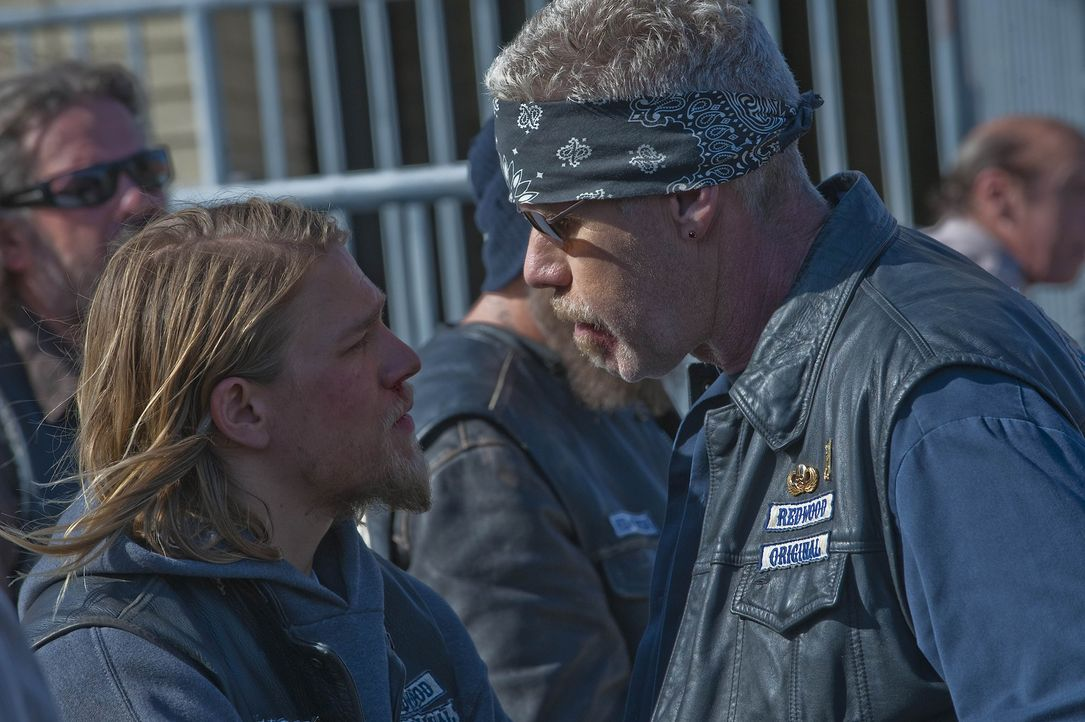 Die Erkenntnis, dass ihr Erzfeind Zobelle mit dem FBI kooperiert, schockiert Jax (Charlie Hunnam, l.) und Clay (Ron Perlman, r.) ganz besonders ... - Bildquelle: 2009 Twentieth Century Fox Film Corporation and Bluebush Productions, LLC. All rights reserved.
