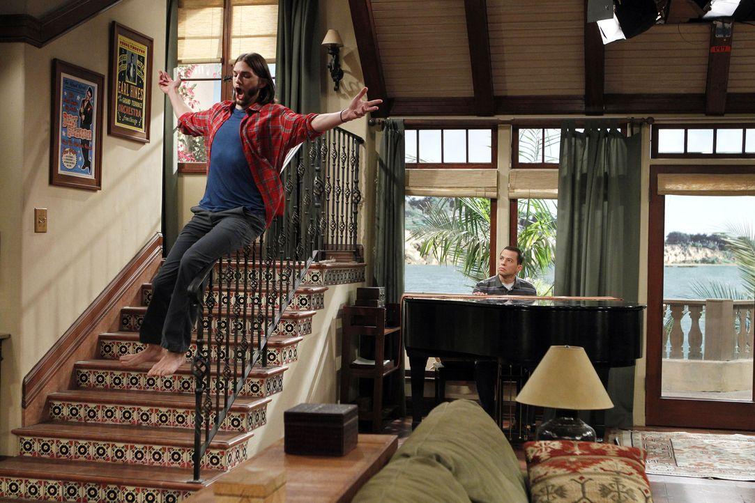 Walden (Ashton Kutcher, l.) will das Haus umgestalten und lässt deshalb Charlies Flügel abholen, an dem Alan (Jon Cryer, r.) so hängt, wodurch Alan... - Bildquelle: Warner Brothers Entertainment Inc.