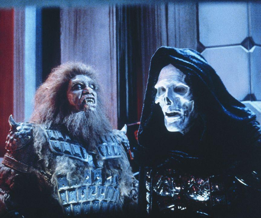 Der böse Herrscher von Estonia, Skeletor ( Frank Langella, r.), braucht nur noch den zweiten magischen Schlüssel, um das gesamte Universum zu beherr... - Bildquelle: CANNON FILMS INC. AND CANNON INTERNATIONAL B. V