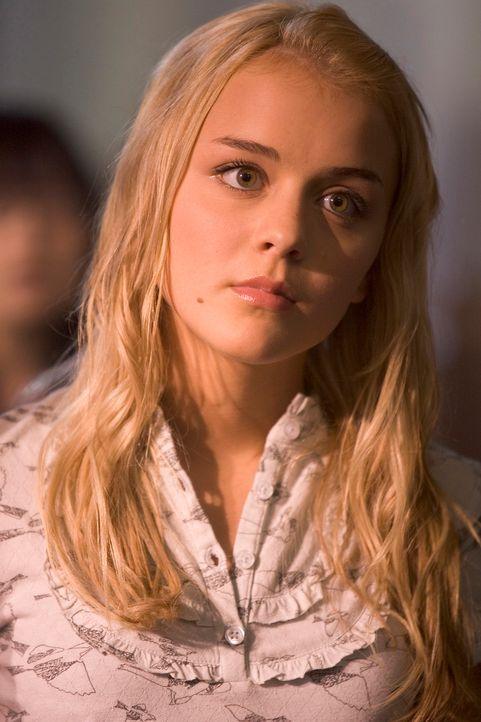 Zoe (Jordan Hinson) verliert plötzlich ihre Stimme, doch was oder wer steckt dahinter? - Bildquelle: Universal Television