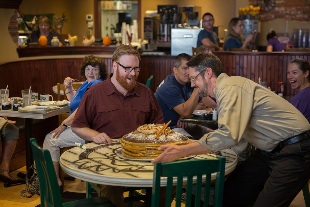 "Was kann es schöneres geben, als einen riesigen Stapel Pancakes? Josh Denny (l.) lässt sich von Jeff Fitchett (r.), dem Koch des ""Breakfast Shoppe""... - Bildquelle: Bill Gray 2016, Television Food Network, G.P. All Rights Reserved."