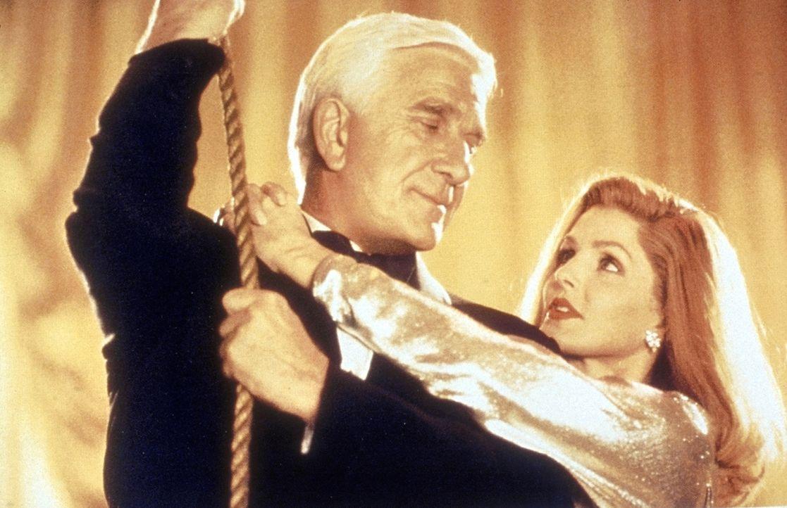 Einmal mehr rettet der tapfere Frank (Leslie Nielsen, l.) seine geliebte Frau Jane (Priscilla Presley, r.) aus einer brenzligen Situation ... - Bildquelle: Paramount Pictures
