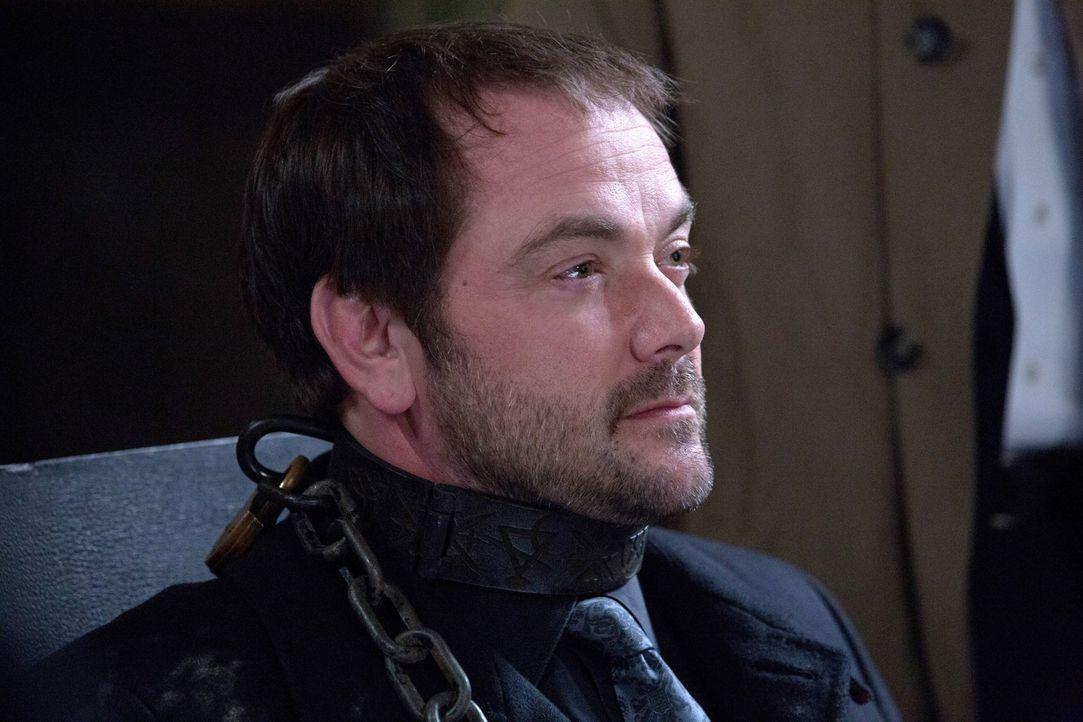 Wird sich Crowley (Mark Sheppard) wirklich darauf einlassen, einen seiner geheimen Tricks preiszugeben? - Bildquelle: 2013 Warner Brothers