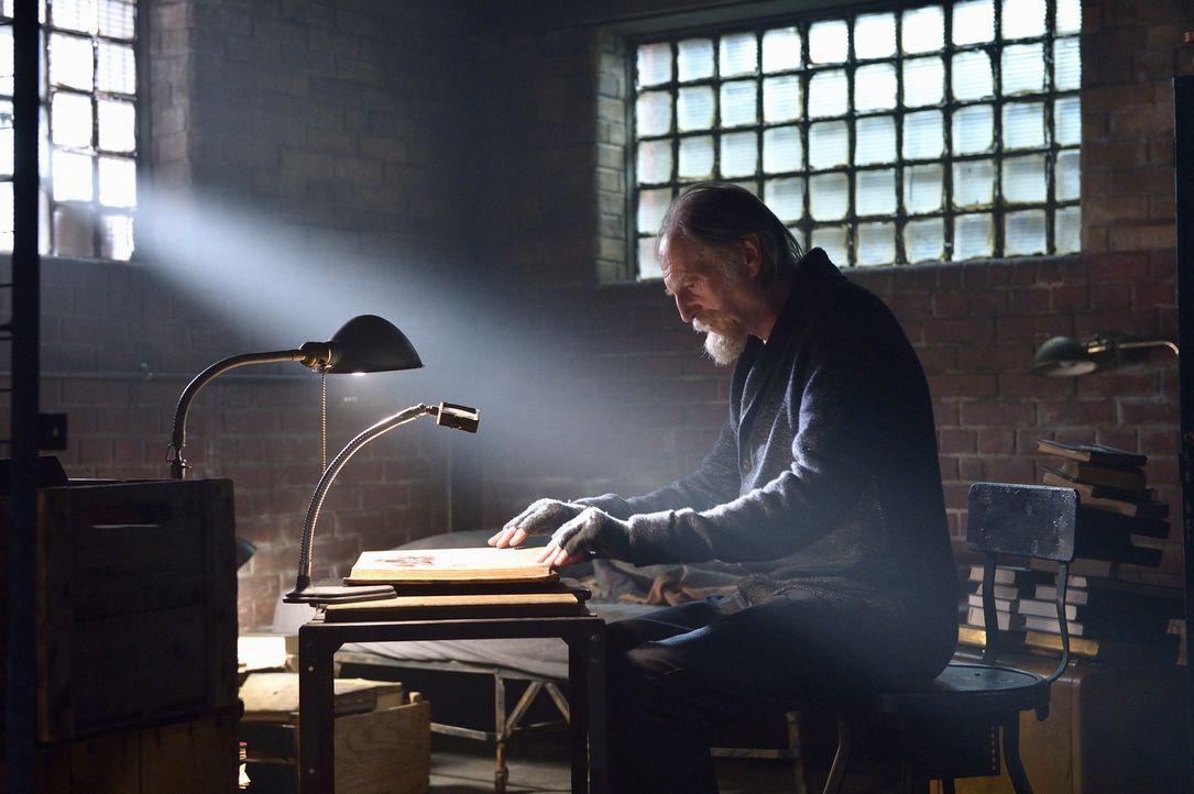 """Nachdem das Tageslicht nicht den gewünschten Effekt auf den Meister hatte, setzt Abraham (David Bradley) nur alles daran, das Buch """"Occido Lumen"""" zu... - Bildquelle: 2015 Fox and its related entities. All rights reserved."""