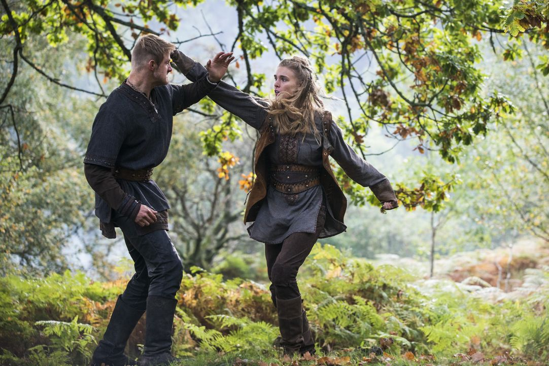 Als freie Frau kann Porunn (Gaia Weiss, r.) jetzt tun und lassen was sie möchte - doch gehört Bjorn (Alexander Ludwig, l.) weiter in ihr Leben? - Bildquelle: 2014 TM TELEVISION PRODUCTIONS LIMITED/T5 VIKINGS PRODUCTIONS INC. ALL RIGHTS RESERVED.