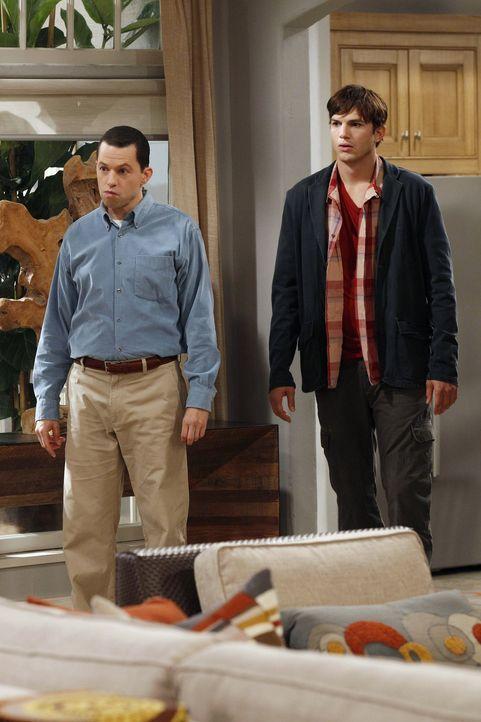 Müssen sich Roses Rache stellen: Alan (Jon Cryer, l.) und Walden (Ashton Kutcher, r.) ... - Bildquelle: Warner Brothers Entertainment Inc.
