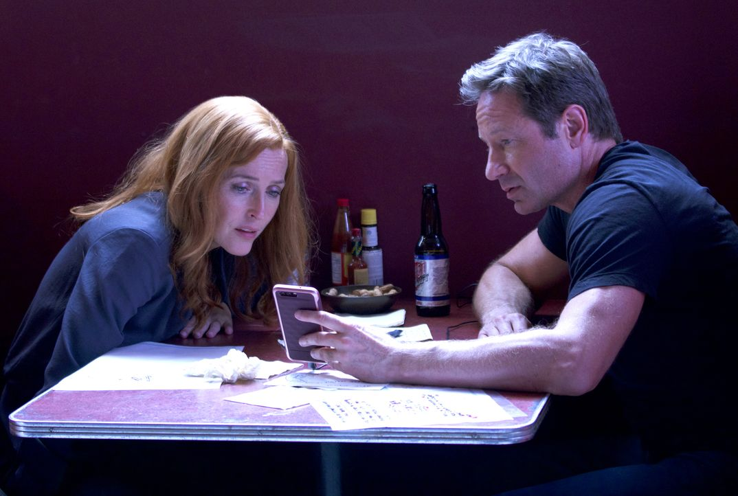 Als Scully (Gillian Anderson, l.) und Mulder (David Duchovny, r.) eine unerwartete Nachricht erhalten, ahnen sie nicht, in was sie dort hineingezoge... - Bildquelle: 2017 Fox and its related entities. All rights reserved.