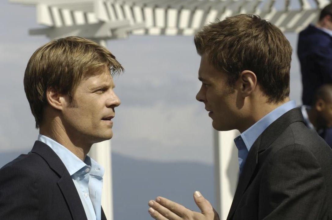 Shawn (Patrick Flueger, r.) begrüßt Tom (Joel Gretsch, l.) zu seiner Hochzeitsfeier ... - Bildquelle: Viacom Productions Inc.