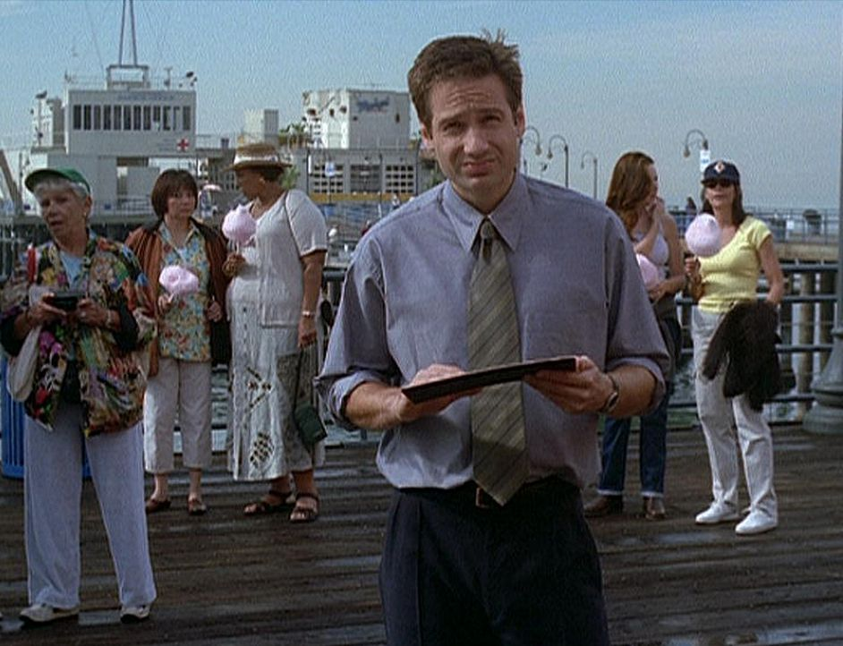 """Mulder (David Duchovny, vorne) vermutet, dass der Tod des """"Unglaublichen Maleeni"""" in Wirklichkeit ein Zaubertrick war. - Bildquelle: TM +   2000 Twentieth Century Fox Film Corporation. All Rights Reserved."""
