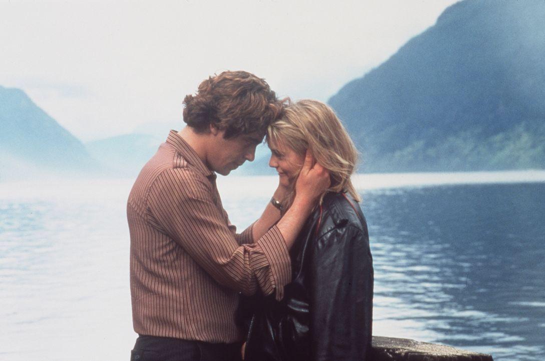 Emilys (Alicia Silverstone, r.) Plan, die eigene Entführung zu inszenieren, verläuft perfekt, bis der Autodieb Vincent (Benicio Del Toro, l.) ihre W... - Bildquelle: Columbia Pictures