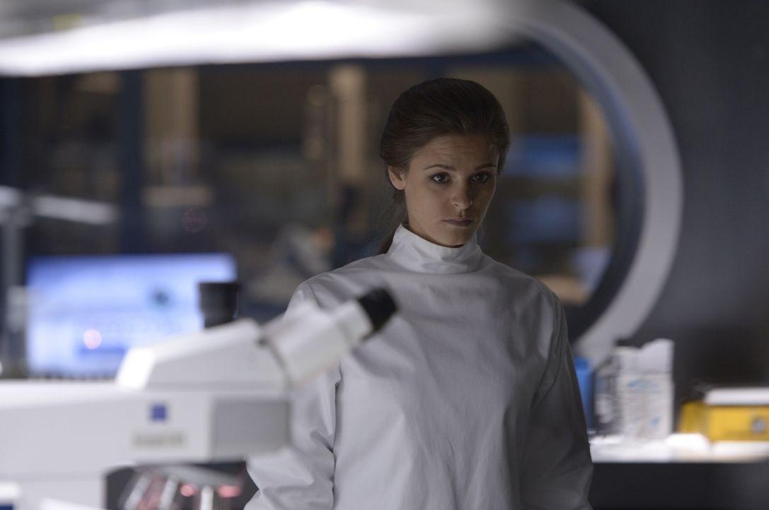 Sarah (Jordan Hayes) wagt es, erneut einen Schritt auf Alan zuzugehen ... - Bildquelle: 2014 Sony Pictures Television Inc. All Rights Reserved.