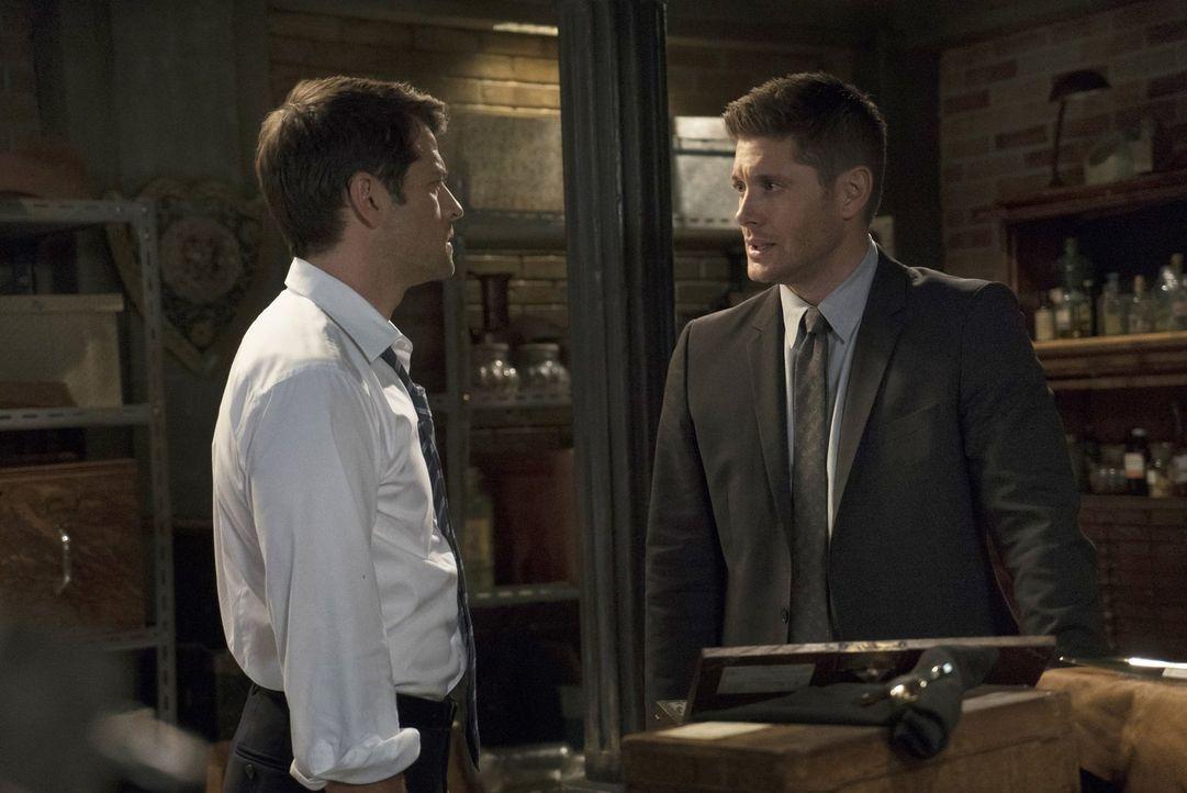 Wird Dean (Jensen Ackles, r.), im Glauben mit Castiel zu reden, ausgerechnet Lucifer (Misha Collins, l.) seine besondere Verbindung zu der Finsterni... - Bildquelle: 2014 Warner Brothers