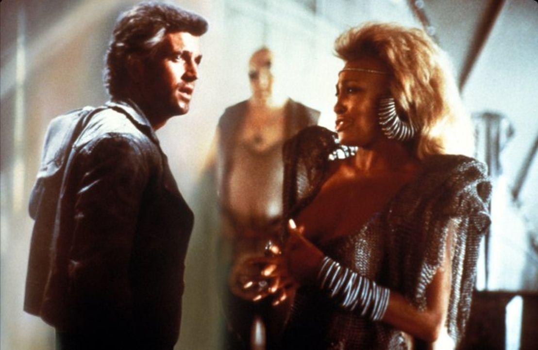 Aunty Entity (Tina Turner, r.) lässt Max (Mel Gibson, r.) entführen und erkennt in ihm den richtigen Mann, ihr bei einem Problem zu helfen, das sie... - Bildquelle: Warner Bros.