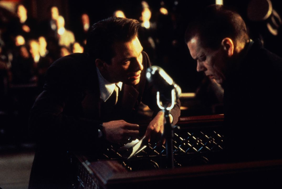 Anwalt James Stamphill (Christian Slater, l.) ist fest entschlossen, dem Gericht zu beweisen, dass sein Mandant Henri Young (Kevin Bacon, r.) zum Mö... - Bildquelle: Warner Bros.