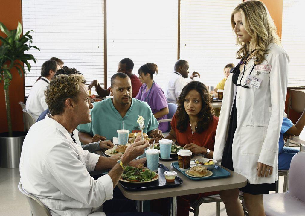 Während Elliott (Sarah Chalke, r.) private Probleme hat, stehen Turk (Donald Faison, 3.v.r.), Carla (Judy Reyes, 2.v.r.) und Dr. Cox (John C. McGinl... - Bildquelle: Touchstone Television