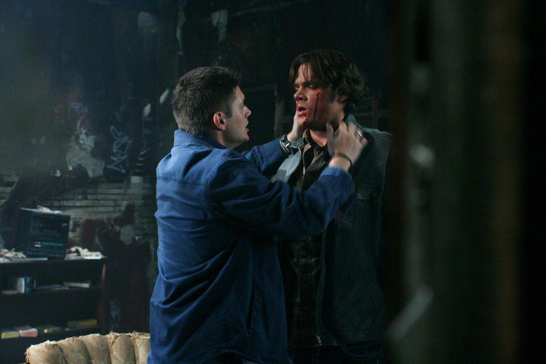 Sam (Jared Padalecki, r.) gelingt es, Dean (Jensen Ackles, l.) zu befreien, allerdings ist ihnen Gordon ziemlich dicht auf den Fersen ... - Bildquelle: Warner Bros. Television