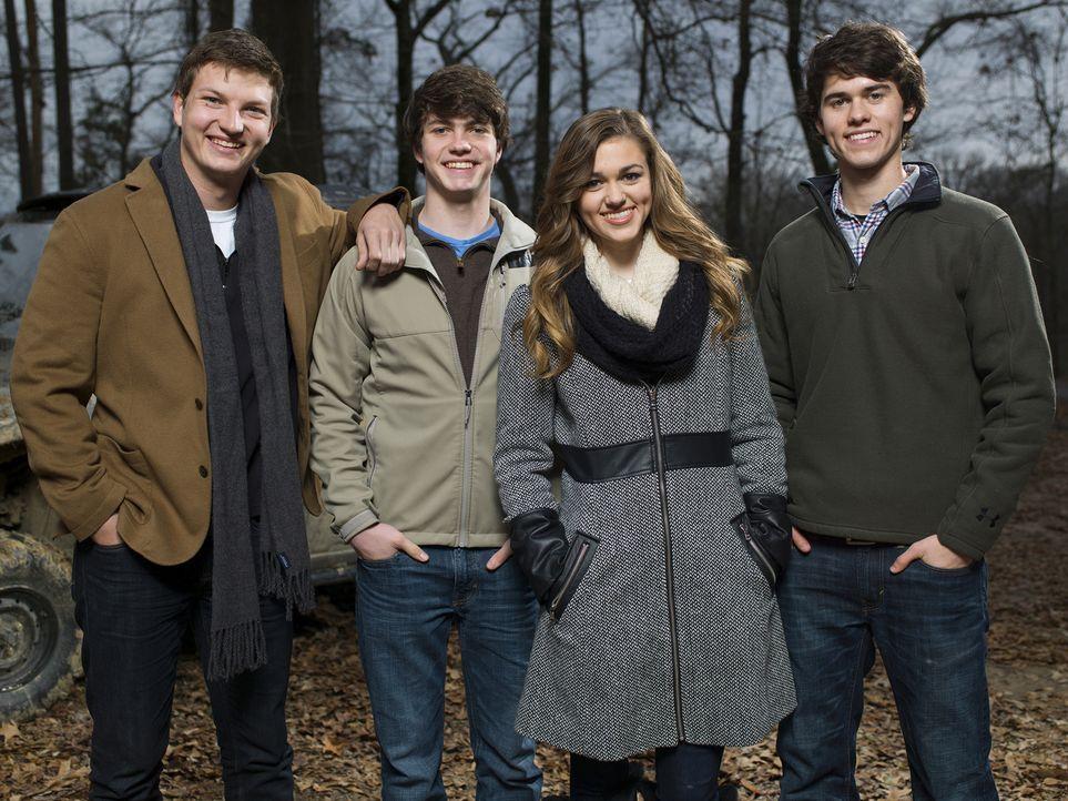 (4. Staffel) - Die nächste Generation des Robertson Clans: Jase und Missys Söhne Reed (l.) und Cole (2.v.l.), sowie Willie und Kories Kinder Sadie (... - Bildquelle: 2013 A+E Networks