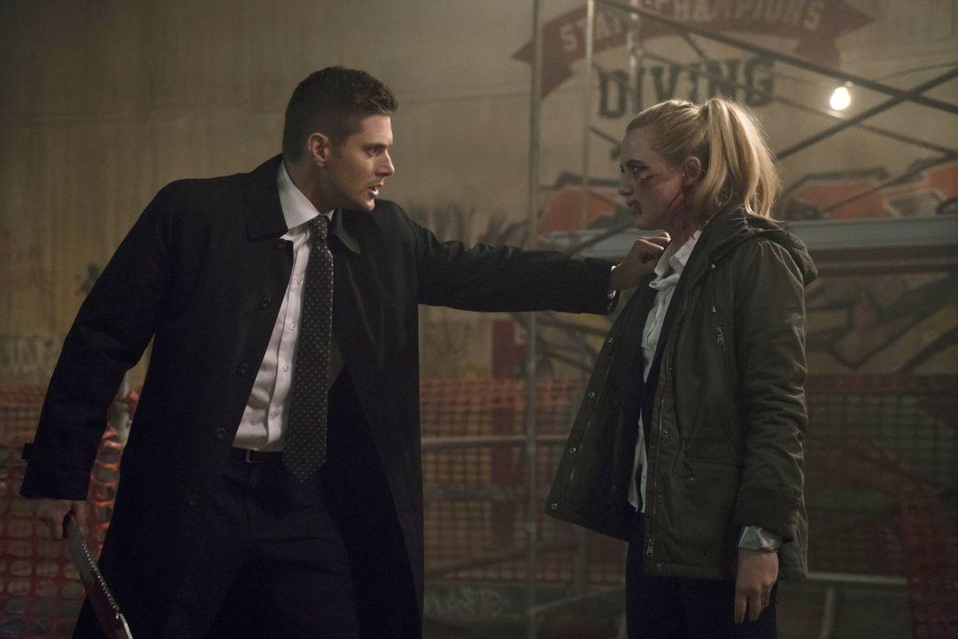 Claire (Kathryn Newston, r.) ist ständig auf der Jagd und sieht überall Übernatürliches. Doch dieses Mal glaubt sie ganz fest daran, dass in der Sta... - Bildquelle: 2014 Warner Brothers
