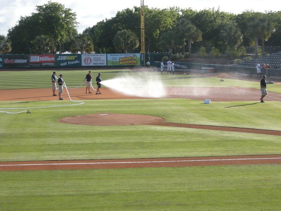 Heute besucht Adam Richman gleich drei Baseball-Stadien. Hier nimmt er es u.... - Bildquelle: 2009, The Travel Channel, L.L.C.