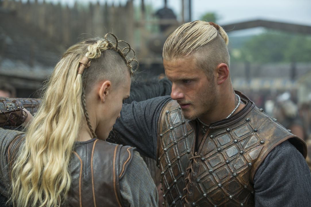 Steht ihnen das gleiche Schicksal wie Ragnar und Lagertha bevor? Porunn (Gaia Weiss, l.) und Bjorn (Alexander Ludwig, r.) ... - Bildquelle: 2015 TM PRODUCTIONS LIMITED / T5 VIKINGS III PRODUCTIONS INC. ALL RIGHTS RESERVED.