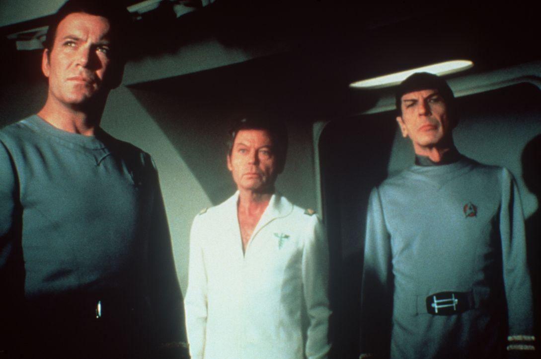 Um die Menschheit auf der Erde vor der ewigen Verderbnis retten zu können, müssen Admiral Kirk (William Shatner, l.), Dr. McCoy (DeForest Kelley, M.... - Bildquelle: Paramount Pictures