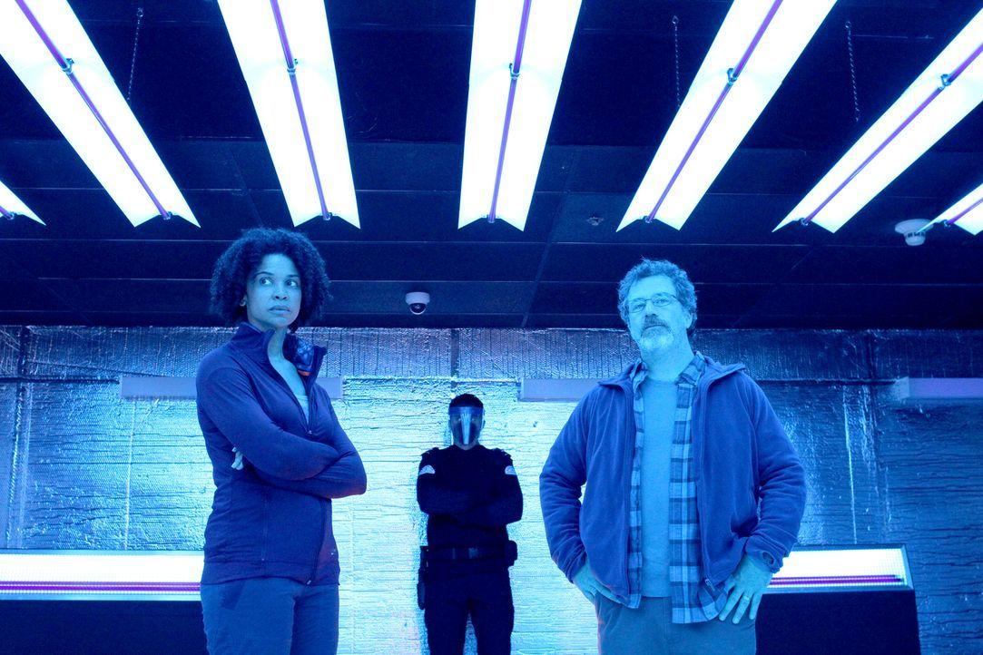 Finden sich nach einem Angriff von Peter in Quarantäne wieder: Dr. Sulemani (Tamara Brown, l.) und Dr. Bryce (Alain Goulem, r.) ... - Bildquelle: 2014 Sony Pictures Television Inc. All Rights Reserved.