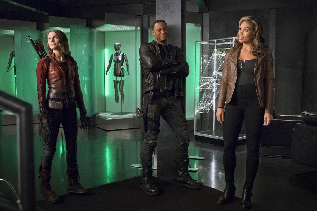 Thea alias Red Arrow (Willa Holland, l.) und John (David Ramsey, M.) versuchen, den übermächtigen Feind zu bekämpfen, während Kendras (Ciara Renée,... - Bildquelle: 2015 Warner Brothers.