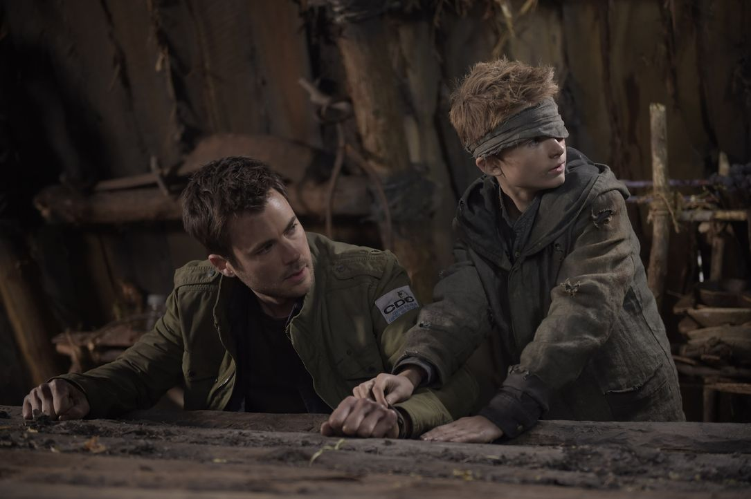 Als Kyle (Matt Long, l.) im Wald auf den vermissten Soren (Cameron Brodeur, r.) trifft, ahnt er nicht, in welcher Gesellschaft der Junge mittlerweil... - Bildquelle: Philippe Bosse 2014 Syfy Media, LLC