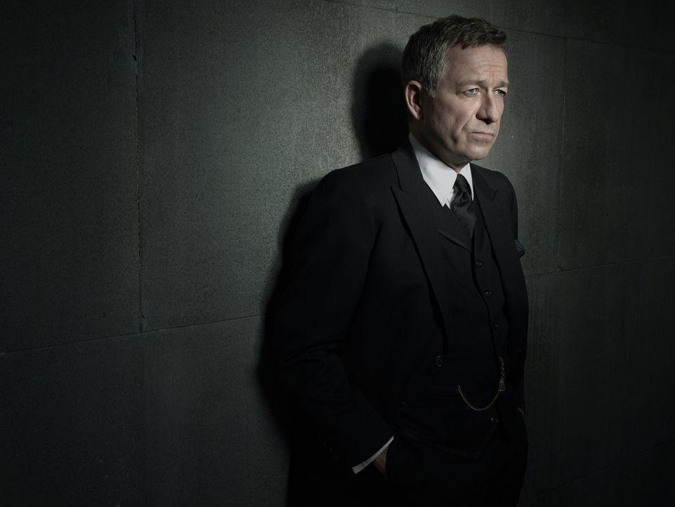 (1. Staffel) - Kümmert sich nach dem Mord an Bruce Waynes Eltern um den Jungen: der ausgebildete MI6-Agent und Butler der Familie, Alfred Pennyworth... - Bildquelle: Warner Bros. Entertainment, Inc.