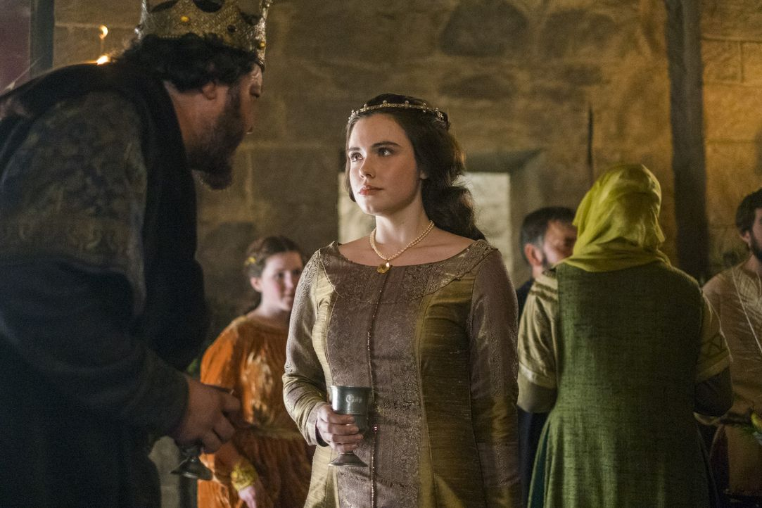 König Aelle (Ivan Kaye, l.) muss feststellen, dass seine Tochter Judith (Jennie Jacques , r.) mit ihrem Schwiegervater König Egbert eine zu innige V... - Bildquelle: 2016 TM PRODUCTIONS LIMITED / T5 VIKINGS III PRODUCTIONS INC. ALL RIGHTS RESERVED.