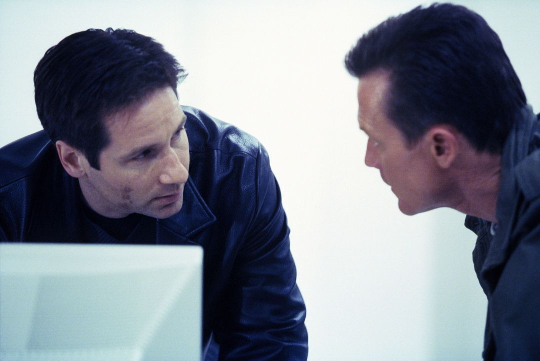 Mulder (David Duchovny, l.), der nicht mehr beim FBI ist, hilft seinem ehemaligen Kollegen Doggett (Robert Patrick). - Bildquelle: TM +   2000 Twentieth Century Fox Film Corporation. All Rights Reserved.
