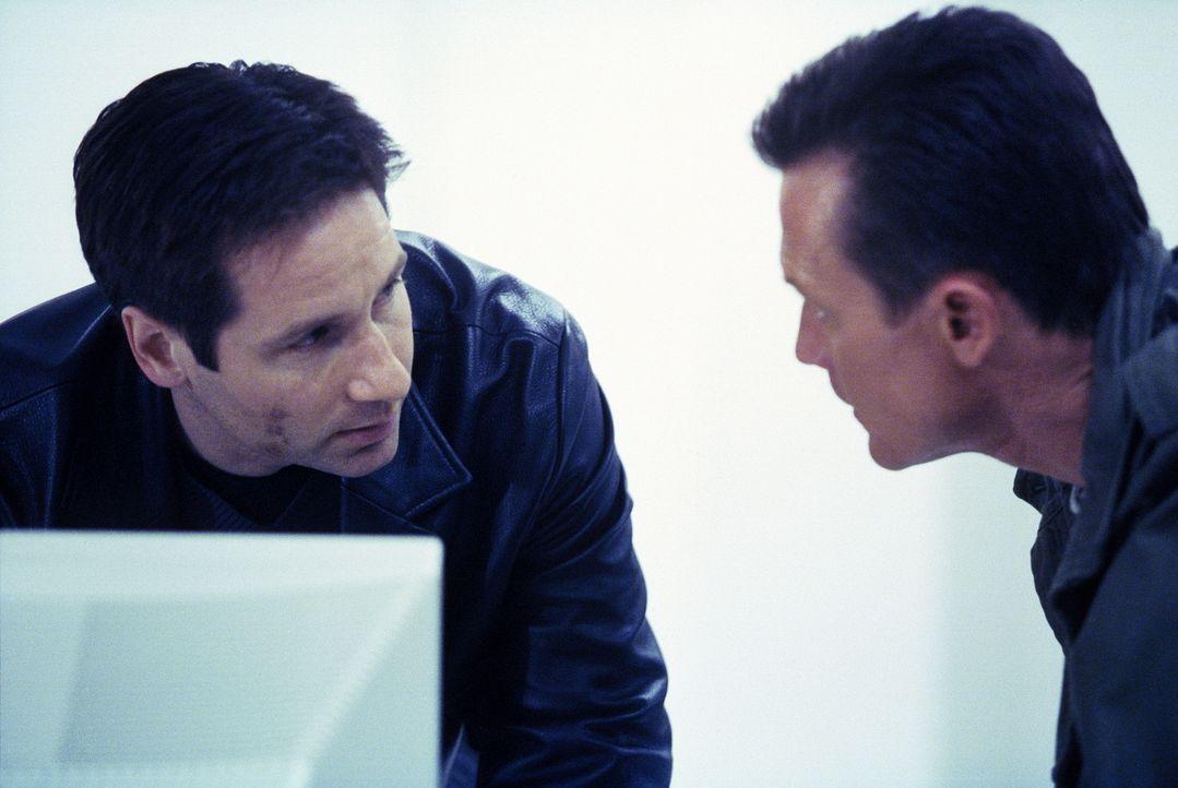 Mulder (David Duchovny, l.), der nicht mehr beim FBI ist, hilft seinem ehemaligen Kollegen Doggett (Robert Patrick). - Bildquelle: TM +   2000 Twentieth Century Fox Film Corporation. All Rights Reserved.