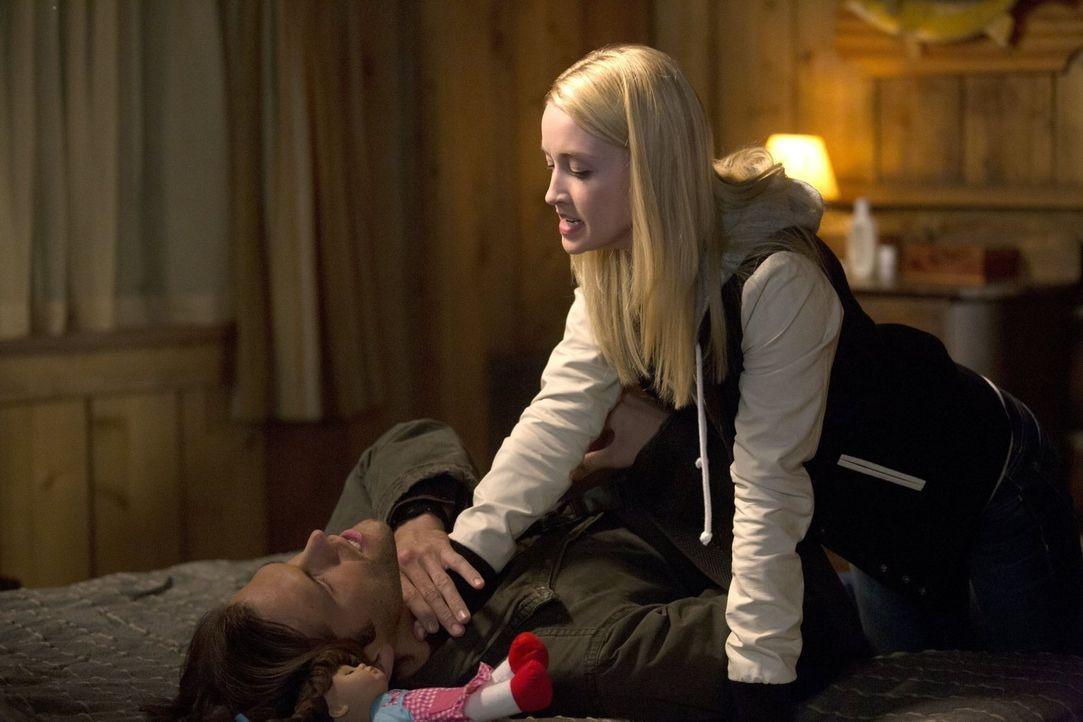 Die junge Werwölfin Tasha (Emily Tennant, r.) macht es Sam (Jared Padalecki, l.) und seinem Bruder nicht einfach ... - Bildquelle: 2016 Warner Brothers