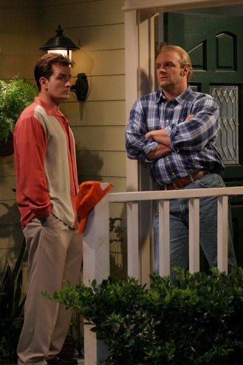 Ein Männergespräch in Ehren kann niemand verwehren: Bill (Eric Allen Kramer, r.) und Charlie (Charlie Sheen, l.) ... - Bildquelle: Warner Brothers Entertainment Inc.