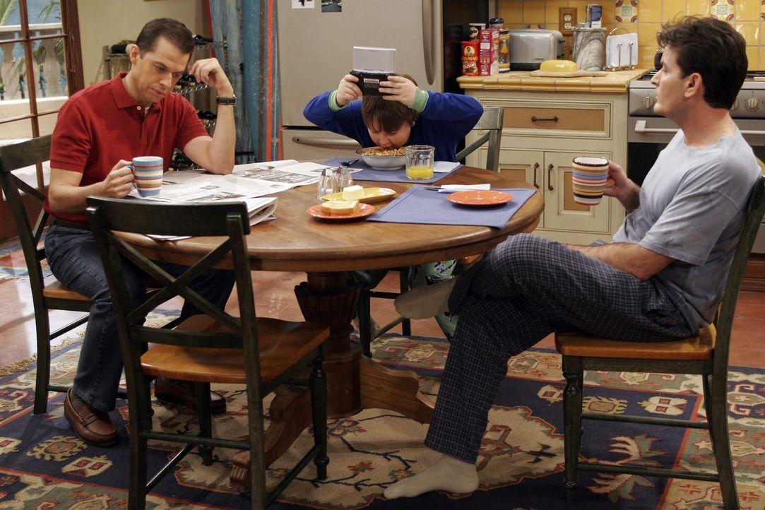 Chaos am Frühstückstisch: Alan (Jon Cryer, l.), Jake (Angus T. Jones, M.) und Charlie (Charlie Sheen, r.) ... - Bildquelle: Warner Bros. Television